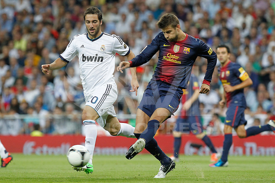 MADRID, ESPANHA, 29 AGOSTO 2012 - SUPERCUP DA ESPANHA -  REAL MADRID X BARCELONA - Gerard Pirque (D) jogador do Barcelona  durante disputa de bola com Gonzalo Higuain  do Real Madrid na final da da Supercup da Espanha contra o Barcelona em , no estadio Santiago Bernabeu, em Madri na Espanha, nesta quarta-fera, 29. (FOTO: ALFAQUI / BRAZIL PHOTO PRESS).