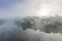 France, Corrèze (19), Argentat, les quais de la rive gauche depuis le pont de la République le matin