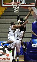 BOGOTA - COLOMBIA: 05-04-2013: Mendez (Cent.) y Gomez (Izq.) de Piratas de Bogotá, disputan el balón con Cortes (Der.) de Manizales Once Caldas, abril 5 de 2013. Piratas y Manizales Once Caldas en la  fecha 23 de  la Liga Directv Profesional de baloncesto en partido jugado en el Coliseo El Salitre. (Foto: VizzorImage / Luis Ramírez / Staff). Mendez (C) and Gomez (L) of Piratas from Bogota, fights for the ball with Cortes (R) of Manizales Once Caldas, April 5, 2013. Piratas and Manizales Once Caldas in the match for the 23 date of the Directv Professional League basketball, game at the Coliseo El Salitre. (Photo: VizzorImage / Luis Ramirez / Staff).