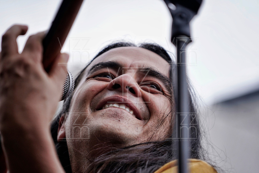 "BOGOTA - COLOMBIA, 08-12-2019: Miles de manifestantes salieron a las calles de Bogotá para acompañar el concierto móvil ""Un Canto por Colombia"" promovido por los artistas durante la jornada de paro Nacional en Colombia hoy, 8 de diciembre de 2019. La jornada Nacional es convocada para rechazar el mal gobierno y las decisiones que vulneran los derechos de los Colombianos. / Thousands of protesters took to the streets of Bogota to join the movile concert ""A Song for Colombia"" promoted by Colombian artists during the National Strike day in Colombia today, December 8, 2019. The National Strike is convened to reject bad government and decisions that violate the rights of Colombians. Photo: VizzorImage / Diego Cuevas / Cont"