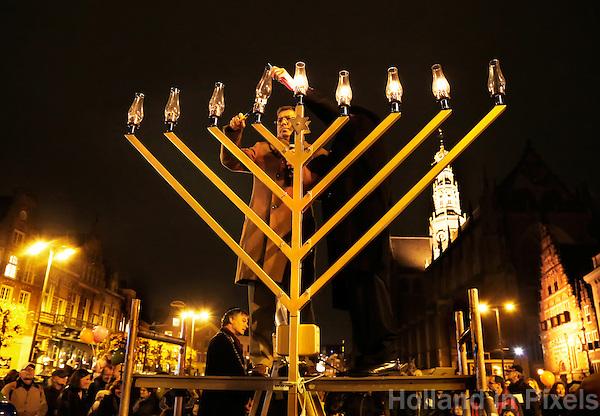 Haim Divon  ( ambassadeur Israël )  en Shmuel Spiers ( Rabbijn )  ontsteken de Menora in Haarlem. Viering van Chanoeka