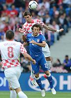 FUSSBALL  EUROPAMEISTERSCHAFT 2012   VORRUNDE Italien - Kroatien                    14.06.2012 Mario Mandzukic (hinten, Kroatien) gegen Andrea Pirlo (Italien)
