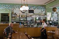 Europe/Suisse/Jura Suisse/ Neuchâtel: Restaurant Brasserie : Brasserie Parisienne ou Le Cardinal  décoration 1900 Art Nouveau
