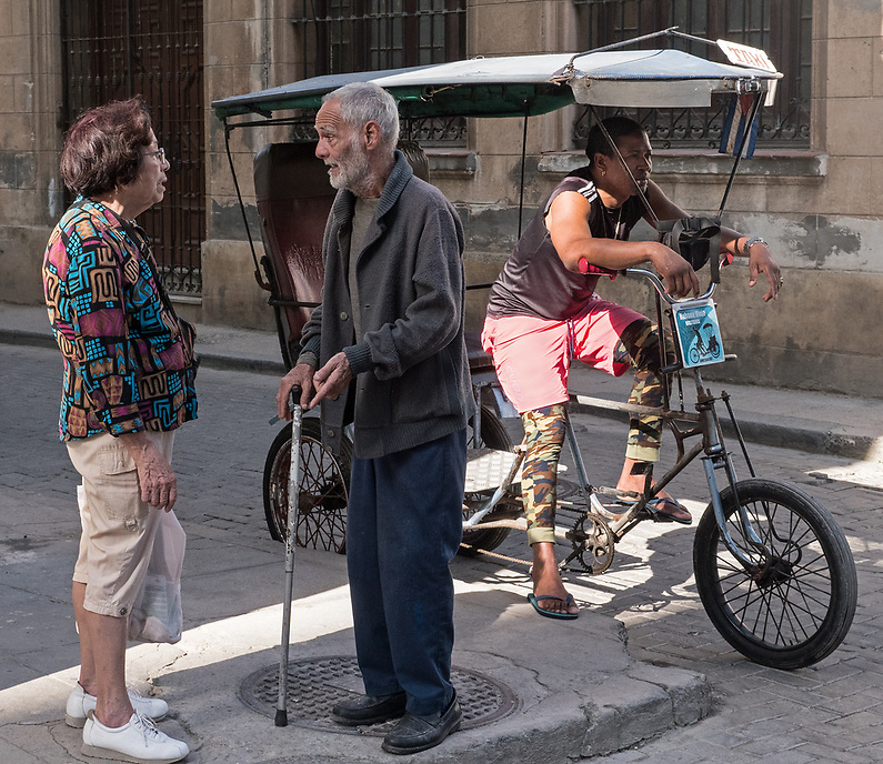 Neighbors talking, La Habana Vieja
