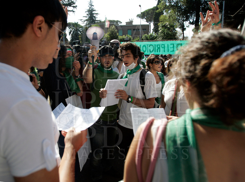 Studenti iraniani manifestano davanti alla loro ambasciata a Roma, 25 luglio 2009, contro i risultati delle elezioni presidenziali e la violenza post elettorale in Iran..Iranian students living in Italy attend a demonstration in front of the Iranian Embassy in Rome, 25 july 2009, against the results of the presidential election and the post-electoral violence in their home country..UPDATE IMAGES PRESS/Riccardo De Luca