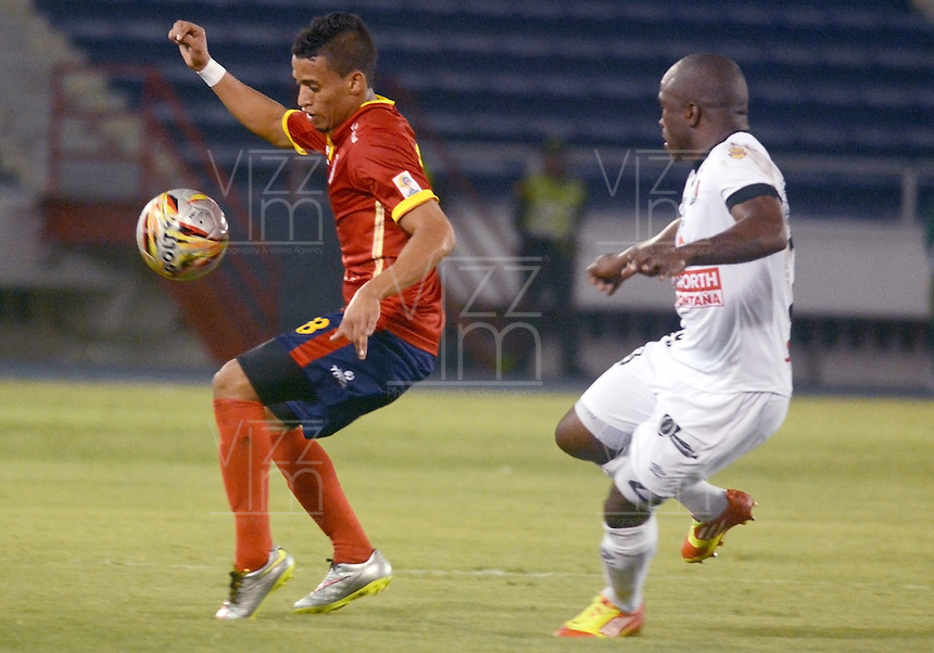 BARRANQUIILLA -COLOMBIA-15-05-2015. Leonel Garcia (Izq) de Uniauntónoma disputa el balón con Fausto Obeso (Der) de Once Caldas durante partido por la fecha 20 de la Liga Aguila I 2015 jugado en el estadio Metropolitano de la ciudad de Barranquilla./ Leonel Garcia (L) player of Uniautonoma fights for the ball with  Fausto Obeso (R) player of Once Caldas during match valid for the 20th date of the Aguila League I 2015 played at Metropolitano stadium in Barranquilla city.  Photo: VizzorImage/Alfonso Cervantes/Cont