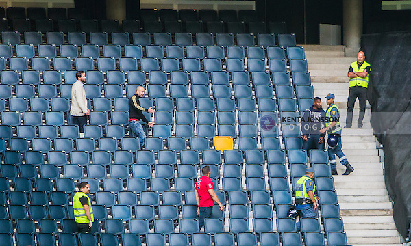Solna 2014-08-13 Fotboll Allsvenskan AIK - Djurg&aring;rdens IF :  <br /> AIK:s supportrar och ordningsvakter p&aring; en tom l&auml;ktarsektion i samband med ett br&aring;k med Djurg&aring;rdens supportrar innan matchen mellan AIK och Djurg&aring;rden<br /> (Foto: Kenta J&ouml;nsson) Nyckelord:  AIK Gnaget Friends Arena Allsvenskan Derby Djurg&aring;rden DIF supporter fans publik supporters slagsm&aring;l br&aring;k fight fajt gruff