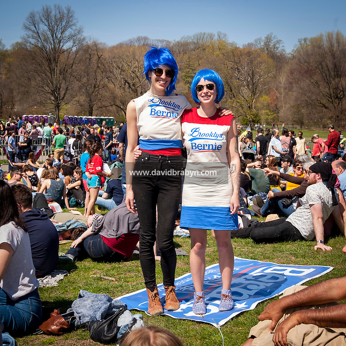 HSUL 20160317 USA, New York, Brooklyn. Democratic presidential nomination candidate Bernie Sanders rally in Prospect Park. Rosa Gaia (L) and Deb Griffith. Photographer: David Brabyn