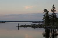 Jente fisker i Rogen en sommerkveld ---- Girl fishing in Rogen a summer evening