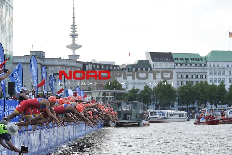18.07.15, Hamburg, GER, Triathlon, Feuer und Flame ITU World Triathlon Hamburg 2015, Elite Maenner, im Bild Start am Jungfernstieg in die Binnenalster/ <br /> Foto &copy; nordphoto/ Witke