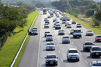 SAO PAULO, SP, 28 MARCO 2013 - Trafego intenso na Rodovia Airton Senna na altura do km 17 na zona leste de Sao Paulo no inicio do feriado de Pascoa .  (FOTO: ALAN MORICI / BRAZIL PHOTO PRESS).