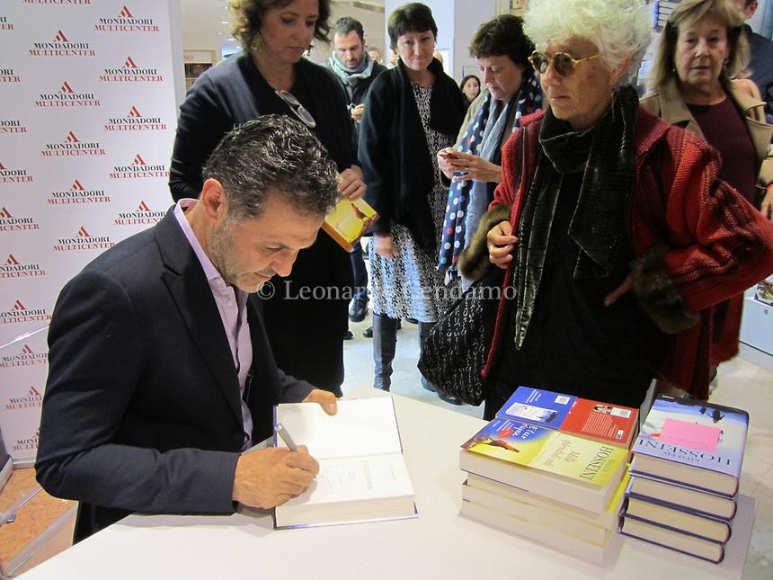 Khaled Hosseini, in dari خالد حسینی, è uno scrittore e medico statunitense. Di origine afgana, pashtun, è nato a Kabul, dove ha vissuto la sua infanzia. Dal 1980 vive negli Stati Uniti. Sta fimando il libro per la traduttrice del suo libro Carla Reschia. Milan, 14 ottobre 2013. © Leonardo Cendamo