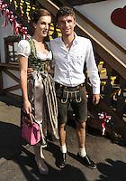 FUSSBALL   1. BUNDESLIGA   SAISON 2011/2012    Die Mannschaft des FC Bayern Muenchen besucht das Oktoberfest am 02.10.2011 Thomas Mueller mit Frau Lisa (FC Bayern Muenchen)