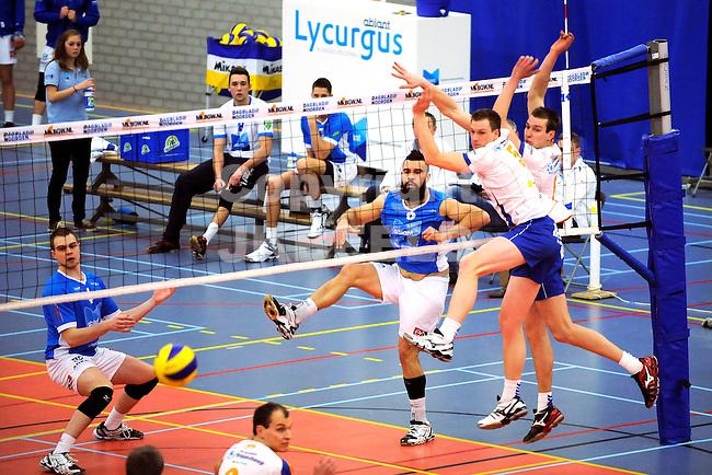 GRONINGEN - Volleybal, Abiant Lycurgus - Rivo Rijssen,  Eredivisie play-off, seizoen 2013-2014, 01-03-2014, Chad mercado slaat de bal langs het Rivo blok