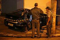 SÃO PAULO, SP, 03/06/2012, ACIDENTE RUA DOMINGOS DE MORAIS. Duas pessoas ficaram feridas em um acidente que aconteceu na madrugada desse Domingo (3), no cruzamento ds Rua Domingos de Morais com a R. Joaquim Tavora. Segundo uma testemunha informou a policia, o motorista acidentado dispustava um suposto racha com outro veiculo, que fugiu do local.  Luiz Guarnieri/ Brazil Photo Press
