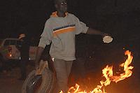 xnb03 DAKAR (SENEGAL) 28/1/2012.- Foto disponible desde hoy, sábado 28 de enero de 2012, que muestra una manifestación en Dakar, Senegal, el 27 de enero de 2012. Los enfrentamientos entre manifestantes y fuerzas de seguridad causaron un muerto en Dakar, según informaron hoy varias emisoras de radio privadas, que cita fuentes policiales. La víctima, perteneciente a las fuerzas de seguridad, resultó herido grave en los choques y murió poco después de su traslado a un hospital de la capital de Senegal. La violencia se ha extendido a varias localidades del interior del país, donde miles de jóvenes protagonizaron disturbios en protestas por la decisión del Consejo Constitucional de habilitar la candidatura del actual mandatario, Abdoulaye Wade, para las elecciones presidenciales del próximo 26 de febrero. EFE/ALIOU MBAYE