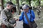 """Foto: VidiPhoto<br /> <br /> ARNHEM – Even was het dit weekend weer oorlog in Arnhem. Met een levensecht veldhospitaal en bijbehorende operaties, een verbindingstent voor radiocommunicatie, wapendemonstraties, een twintigtal reënactors van """"Five-Oh-Sink"""" en tal van andere bezienswaardigheden vierde het Arnhems Oorlogsmuseum 40-45 zijn 25-jarige bestaan. De (oefen)vijand liet het dit keer afweten. De Duitse 'troepen' kregen onderling ruzie, vochten hun eigen 'oorlog' uit en kwamen vervolgens niet opdagen, tot teleurstelling van museumeigenaar Eef Peeters. Daar tegenover stond de grote belangstelling van bezoekers uit het hele land. Foto: De 84-jarige amateur-historicus Daan Viergever uit Zetten weet zich nog veel te herinneren van de oorlogsjaren."""
