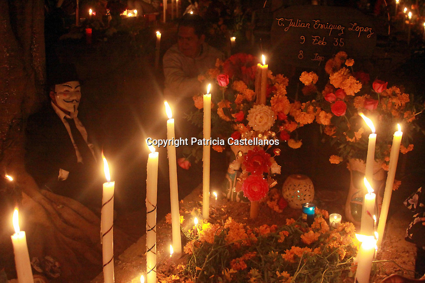 """Oaxaca, Oax. 02/11/2016.- Como ya es costumbre ancestral por estas fechas en la entidad oaxaqueña, el centenar de panteones que se ubican en las diferentes comunidades de las 8 regiones del estado, se llenan de luz, música, fiesta y algarabía, ya que  según las creencias locales, es en estos días denominados de """"Los Santos Difuntos"""", cuando los seres queridos regresan a la tierra para convivir con sus familiares, por lo que miles de personas asisten a los cementerios a disfrutar de esta armonía, tal es el caso de dos de los sepulcros más tradicionales de Oaxaca; Santa Cruz Xoxocotlán y Santa María Atzompa."""