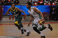 MEDELLÍN -COLOMBIA-22-04-2013. César Chávez (d) de Academia disputa el balón con J Dunn (i) de Bambuqueros durante partido de la fecha 3 fase II de la  Liga Direct TV de baloncesto Profesional de Colombia realizado en el coliseo de la Universidad de Medellín./Cesar Chavez (r) of Academia fights for the ball with J Dunn (l) of Bambuqueros during match of the 3th date phase II of  DirecTV professional basketball League in Colombia at Universidad de Medellin coliseum.  Photo: VizzorImage/Luis Ríos/STR