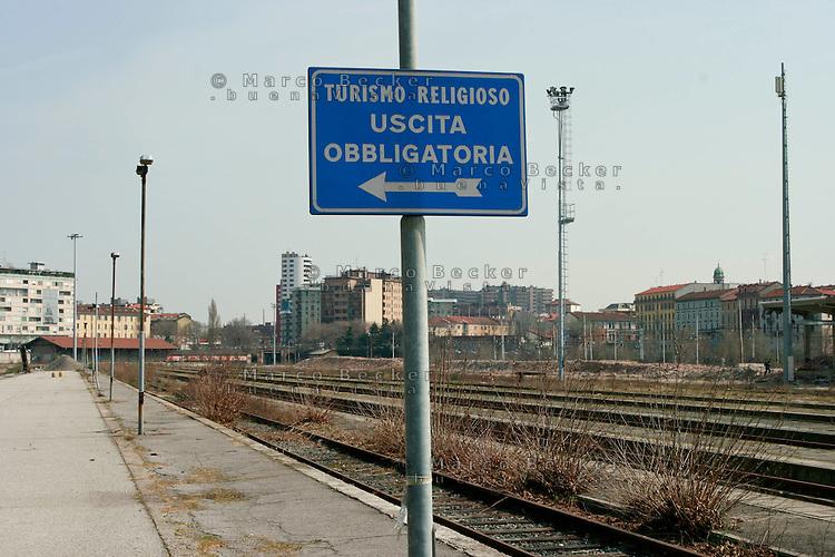 Milano, periferia sud. Ex scalo merci ferroviario di porta romana in disuso.Turismo religioso --- Milan, south periphery. Former freight railway yard of Milan Romana Gate now in disuse. Religious tourism