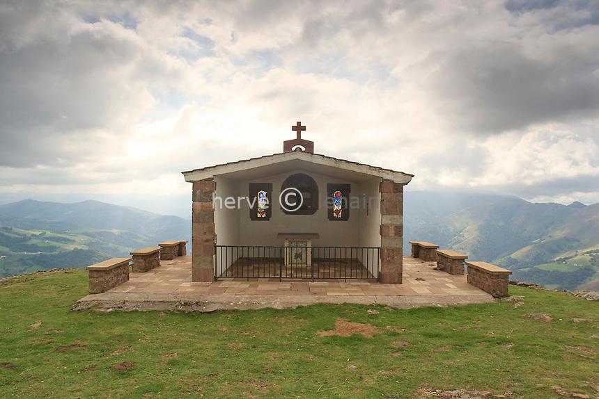 France, Aquitaine, Pyrénées-Atlantiques (64), Saint-Étienne-de-Baïgorry, au sommet de l'Oylarandoy, la chapelle // France, Aquitaine, Pyrénées-Atlantiques, Saint-Étienne-de-Baïgorry, at the summit of l'Oylarandoy, the chapel