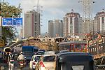 INDIEN Mumbai , Bau einer ueberfuehrung fuer die Stadt Autobahn im Stadtteil Kandivli / INDIA Mumbai , building of flyover for city highway in front of Apartment towers in Kandivli