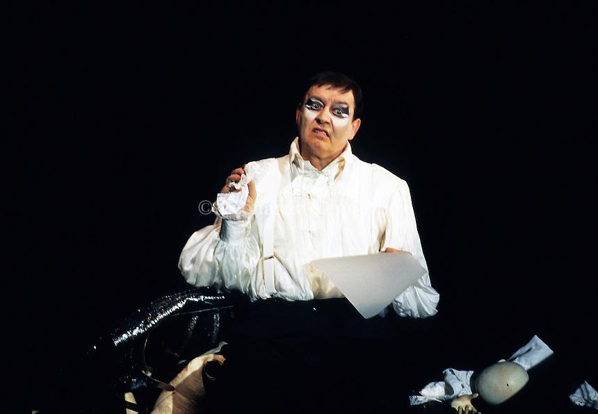 Carmelo Bene, attore, regista e scrittore. Hamlet Suite, Teatro Nazionale, Milano, 4 marzo 1996. (1 September 1937 - 16 March 2002) was an Italian actor, film director and screenwriter and poet. He appeared in 20 films between 1967 and 2002. © Leonardo Cendamo