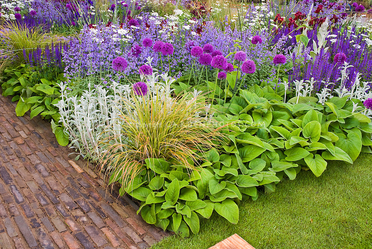 Beautiful flower bed border garden with mixed bulbs for Ornamental grass bed design