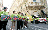 Attivisti di Greenpeace manifestano a sostegno dell'energia solare all'esterno dell'Hotel Excelsior a Roma, 25 maggio 2009, durante il G8 sull'Energia. .Activists of the environmental association Greenpeace hold reflecting signs reading slogans supporting solar energy, outside Rome's Excelsior Hotel, 25 May 2009, where the energy meeting of the Group of Eight (G8) industrialized countries is taking place..UPDATE IMAGES PRESS/Riccardo De Luca.