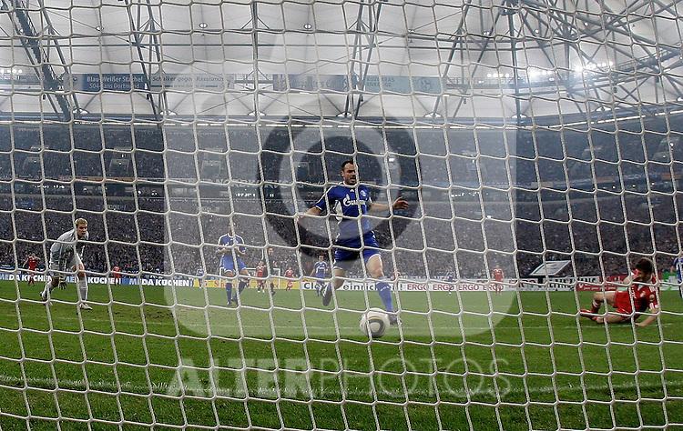 03.04.2010, Veltins Arena, Gelsenkirchen, GER, 1.FBL, Schalke 04 vs Bayern München (Muenchen), im Bild: Tor von Thomas Müller (Bayern München / Muenchen GER #25), rechts am Boden. In der mitte: Heiko Westermann (Schalke - GER #2), rechts Torwart Manuel Neuer (Schalke - GER #1). Remote-Aufnahme. Foto © nph / Scholz