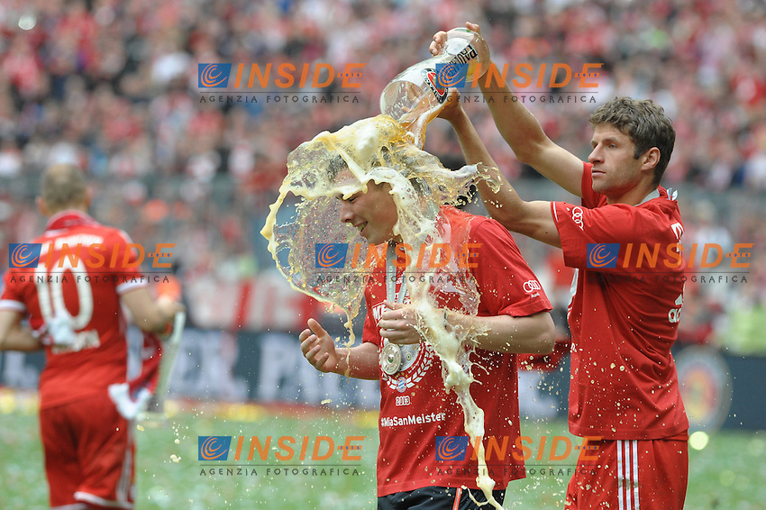11.05.2013, Allianz Arena, Muenchen, GER, 1. FBL, FC Bayern Muenchen vs FC Augsburg, 33. Runde, im Bild Bierdusche fuer Pierre-Emile Hoejbjerg (FC Bayern Muenchen) durch Thomas MUELLER (FC Bayern Muenchen) // during the German Bundesliga 33th round match between FC Bayern Munich and FC Augsburg at the Allianz Arena, Munich, Germany on 2013/05/11. EXPA Pictures © 2013, PhotoCredit: EXPA/ Eibner/ Wolfgang Stuetzle..***** ATTENTION - OUT OF GER ***** .Football Calcio 2012/2013.Bundesliga Germania .Bayern Campione di Germania Festeggiamenti.Foto Expa / Insidefoto .ITALY ONLY