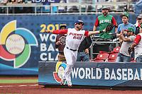 Mike Avilés de Puerto Rico realiza una atrapa en el jardín derecho , durante el partido entre Italia vs Puerto Rico, World Baseball Classic en estadio Charros de Jalisco en Guadalajara, Mexico. Marzo 12, 2017. (AP Photo/Luis Gutierrez)