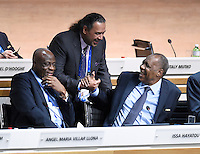 Fussball International Ausserordentlicher FIFA Kongress 2016 im Hallenstadion in Zuerich 26.02.2016 Shake Hands; Scheich Ahmad Al Fahad AL SABAH (Mitte, Kuwait, FIFA-Exekutivkomitee) mit FIFA Interimspraesident Issa Hayatou (Kamerun und CAF Praesident) und Constant OMARI (li, Kongo DR, FIFA-Exekutivkomitee)