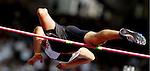 ATHENE: Paralympics. Alvorens hoog te springen doet  de Duitser Heinrich Popow zijn beenprothese af .Popow kwam tot een sprong van 1,65 meter en eindigde als vierde.