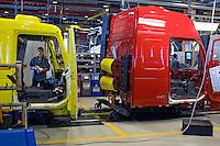 Linha de montagem, indústria de caminhões Volvo. Curitiba. Parana. 2009. Foto de Joao Urban..