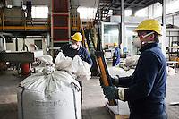 Arezzo: operai caricano scarti di metalli all'interno dello stabilimento Chimet. L'azienda recupera metalli preziosi (oro, platino, palladio, iridio, argento) da materiali di scarto come catalizzatori di marmitte, batterie, contatti elettrici di cellulari, computer o materiali di scarto industriale.<br /> <br /> Arezzo: The Chimet company recovers precious metals (gold, platinum, palladium, iridium, silver) from waste materials such as catalysts, mufflers, batteries, electrical contacts to phones, computers or industrial waste materials.