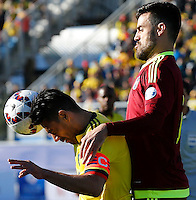 RANCAGUA- CHILE - 14-06-2015: Radamel Falcao Garcia (Izq.) jugador de Colombia, disputa el balón con Andres Tunez (Der.) jugador de Venezuela durante partido Colombia y Venezuela, por la fase de grupos, Grupo C, de la Copa America Chile 2015, en el estadio El Teniente en la Ciudad de Rancagua. / Radamel Falcao Garcia (L) player of Colombia, vies for the ball with Andres Tunez (R) player of Venezuela, during a match between Colombia and Venezuela for the group phase, Group C, of the Copa America Chile 2015, in the El Teniente stadium in Rancagua city. Photos: VizzorImage /  Photosport / Marcelo Hernandez/ Cont.