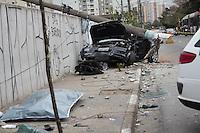 SAO PAULO, SP - ACIDENTE | MORTE - Veículo colide com um poste na madrugada desta quarta-feira (22) na Est. do Itapecerica, altura do 3000 - Term. Capelinha - na Zona Sul da capital. Segundo as autoridades, o carro participava de um racha quando perdeu o controle e se chocou com um poste da rede elética. O motorista faleceu no acidente.<br /> <br /> (Foto: Fabricio Bomjardim / Brazil Photo Press)