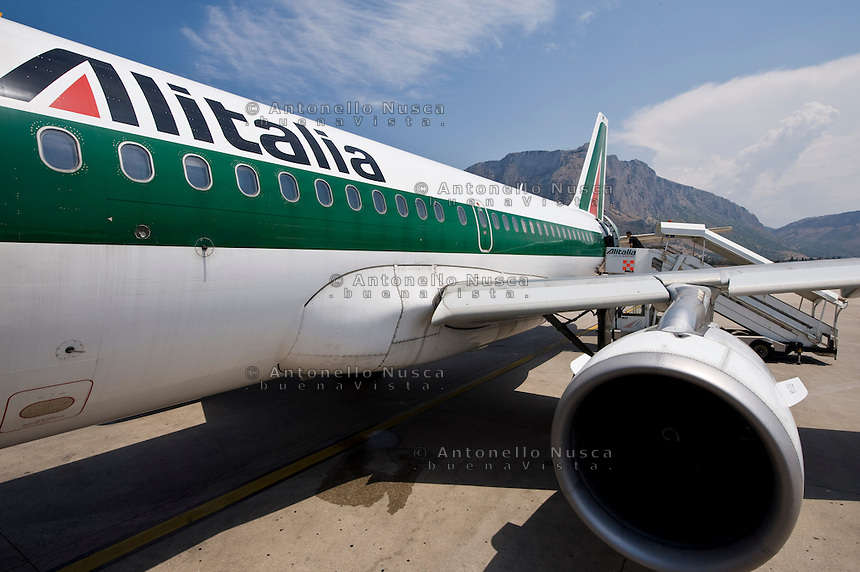 Passeggeri all'aeroporto di Punta Raisi, prima di imbarcarsi su un volo dell'Alitalia