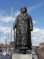 Spakenburg werd zwaar getroffen door de stormvloed in januari 1916.  Van de 176 botters in de haven werden er 138 zwaar beschadigd. Ruim 50 huizen stortten in. Er vielen geen slachtoffers, al bezweken later enkele mensen aan longontsteking door de barre koude. Op 21 januari bezocht koningin Wilhelmina het rampgebied. Van de koningin is later een standbeeld in de haven geplaatst. De onderkant van Koningin Wilhelmina's jas markeert de hoogte waarop het water heeft gestaan.