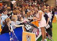 17-12-11, Netherlands, Rotterdam, Topsportcentrum, Lesley Kerkhove deelt handtekeningen uit