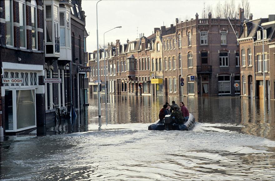 Nederland, Venlo, 1993<br /> Motoboot vaart door de ondergelopen straten.<br /> Foto: Michiel Wijnbergh/Hollandse Hoogte<br /> 00107746