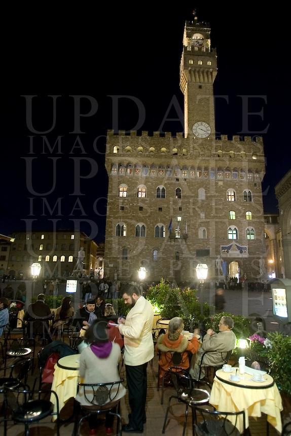 Tavolini all'aperto all'esterno di un bar in Piazza della Signoria a Firenze.<br /> Outdoor cafes at night in Florence's Piazza della Signoria.<br /> UPDATE IMAGES PRESS/Riccardo De Luca