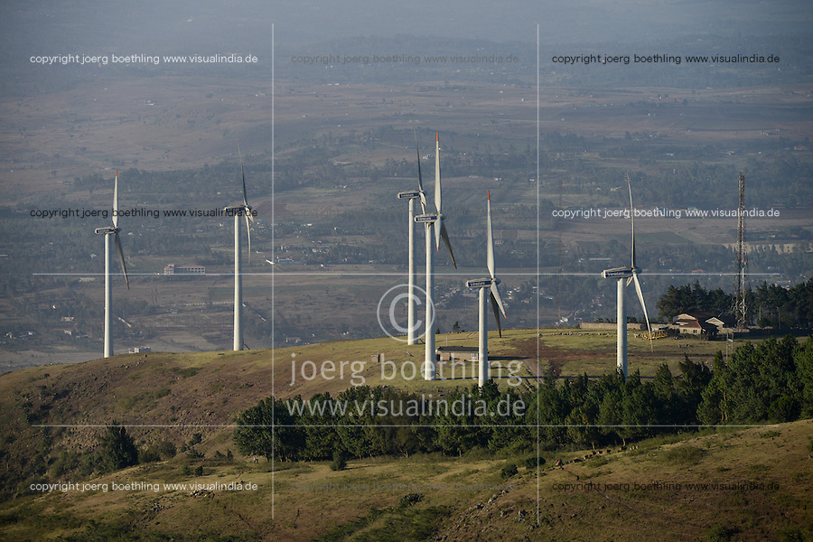 KENYA, Nairobi, Ngong Hills, 25,5 MW Wind Power Station with Vestas and Gamesa wind turbines, owned and operated by KENGEN Kenya Electricity Generating Company, view to Great Rift valley / KENIA, Ngong Hills Windpark, Betreiber KenGen Kenya Electricity Generating Company mit Vestas und Gamesa Windkraftanlagen, Blick zum Grossen afrikanischen Grabenbruch