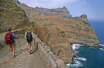 ile de Sao Antao Entre Ponta do Sol et Cruzinha de Garca, le chemin de pierre longe des falaises minerales et surplombe la houle sombre de l Atlantique.