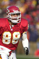 Kansas City Chiefs tight end Tony Gonzalez in the first quarter against the San Diego Chargers at Arrowhead Stadium in Kansas City, Missouri on December 23, 2001.  The Chiefs won 20-17.