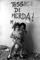 Roma, il Quartiere popolare e popoloso Tor Bella Monaca.Bambini sotto la scritta: tossici di merda.Rome, the popular and populous Tor Bella Monaca.Children under the words: toxic shit