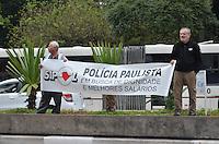 SAO PAULO, 11 DE JUNHO DE 2013 -PROTESTO POLICIA - Policiais civis protestam por aumento salarial e melhores condições de trabalho no vão livre do Museu de Arte de São Paulo (Masp), na Avenida Paulista, região central da cidade, na tarde desta terça-feira (11). Os manifestantes interditaram uma das faixas da via no sentido Consolação. (FOTO: ALEXANDRE MOREIRA / BRAZIL PHOTO PRESS)