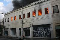 ATENÇÃO EDITOR: FOTO EMBARGADA PARA VEÍCULOS INTERNACIONAIS. – SÃO PAULO - SP – 10 DE NOVEMBRO 2012. INCÊNDIO RUA SÃO CAETANO, varias lojas se incendiaram nesta tarde de sábado. (11).FOTO: MAURICIO CAMARGO / BRAZIL PHOTO PRESS.