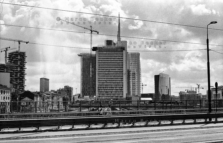 """Milano, quartieri Isola - Garibaldi, progetto di riqualificazione di Porta Nuova. Veduta verso la stazione di porta garibaldi dal cavalcavia di via Farini, da cui sono visibili i grattacieli Bosco Verticale, le Torri Garibaldi in fase di ristrutturazione e la Torre Pelli --- Milan, Isola - Garibaldi districts,  requalification project of """"Porta Nuova"""" area. View towards Garibaldi station from the overpass of Farini street. Visible are the skyscrapers """"Vertical Forest"""", the """"Garibaldi Towers"""" (under restoration) and the Pelli Tower"""